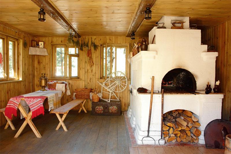 Интерьер сельского дома с печкой